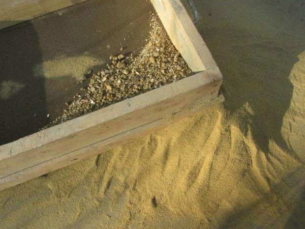 Просеивание песка через сито - это важная составляющая получения качественного раствора