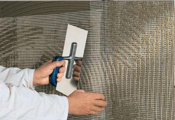 Укрепление основания армированной сеткой позволит избежать появления трещин и обваливание штукатурки после высыхания