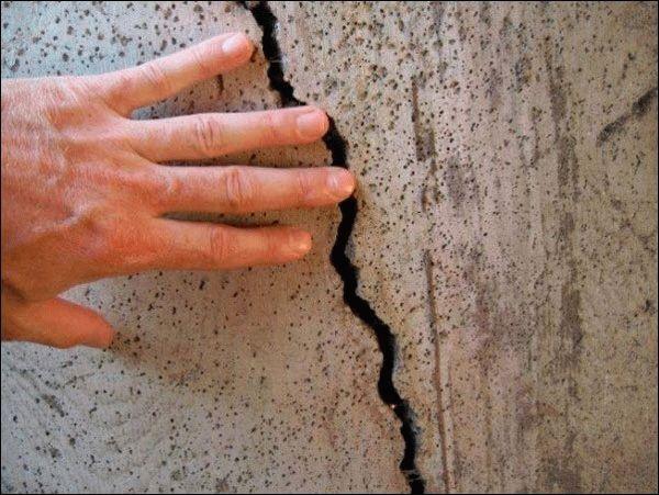 Перед штукатуркой стен необходимо тщательно заделать все трещины и щели на целевой площади, чтобы сохранить целостность нанесенной штукатурки после ее высыхания