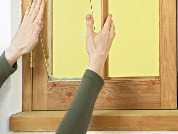 Одна из главных проблем установки стекол в деревянные рамы - установка штапиков с обратной стороны