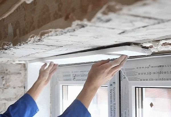Утепление откосов пенопластом внутри помещения имеет некоторые отличия от наружных работ