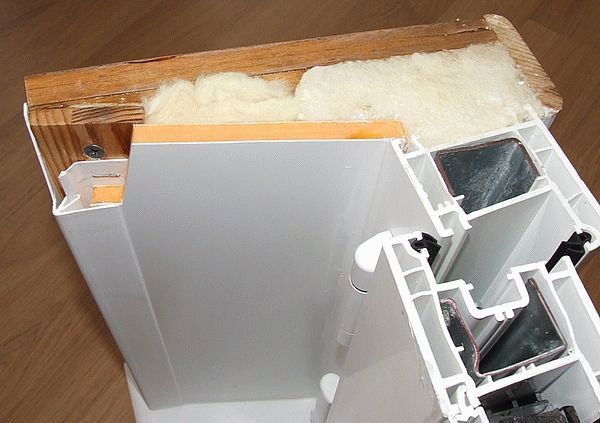 Утепление откосов с помощью минеральной ваты и сэдвич панелей - показано в разрезе