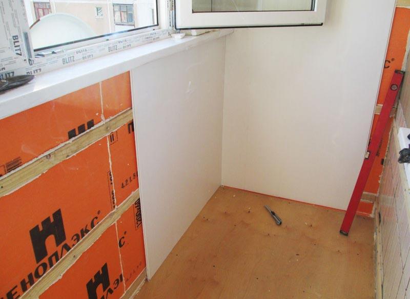 Отделка балкона сэндвич-панелями требует возведения каркаса