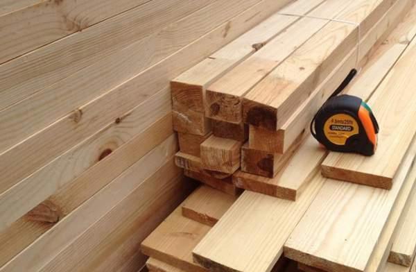 Перед созданием обрешетки необходимо позаботиться о правильной разметке и обрезке деревянного бруса