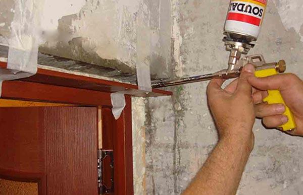 Монтажная пена имеет свойство расширяться, поэтому, заполняя пустоты, важно не перестараться с количеством материала