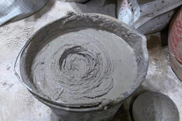 Цементная штукатурка имеет множество достоинств, основными из которых являются долговечность и возможность применения во влажных помещениях