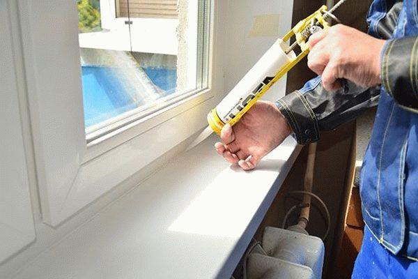 Герметизация оконных швов и стыков защитит от продувания, промерзания и течи окон