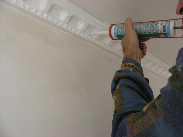 По завершению установки плинтусов все стыки и щели заделываются герметиком
