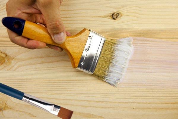 Грунтование деревянной двери необходимо и в случае работы с новым изделием, и в случае покраски старого дверного полотна
