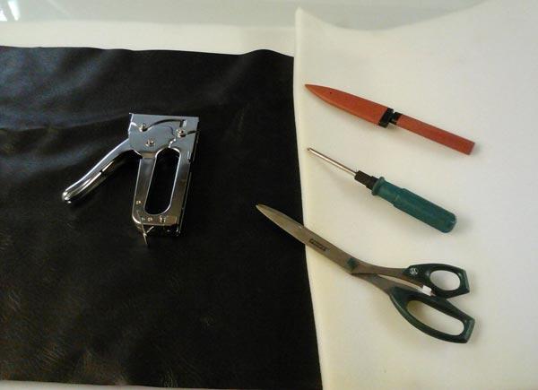 Процесс обшивки двери начинается с подготовки необходимых материалов и инструментов