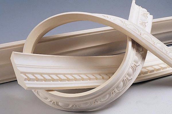 Гибкий вариант полиуретанового плинтуса идеально подходит для обрамления криволинейных поверхностей