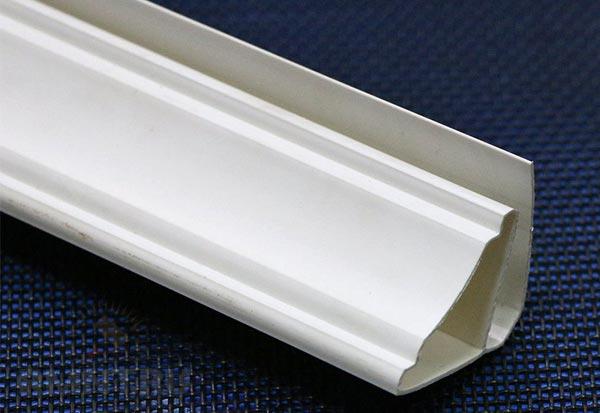 Зачастую плинтус из ПВХ имеет специальный паз и применяется вместе с пластиковыми панелями