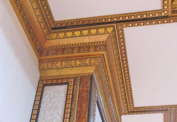Создать наиболее гармоничный интерьер удастся с помощью  сочетания рисунка галтели со стенами или потолком
