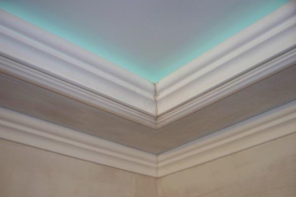 При установке плинтуса на натяжной потолок нужно учитывать, что крепление будет производиться лишь на стеновую поверхность