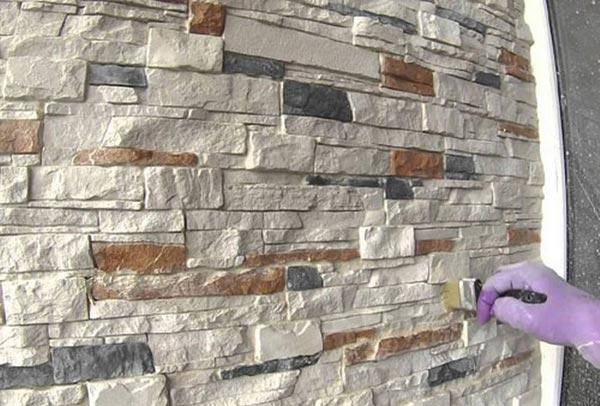 После укладки камня стена обрабатывается водоотталкивающими составами