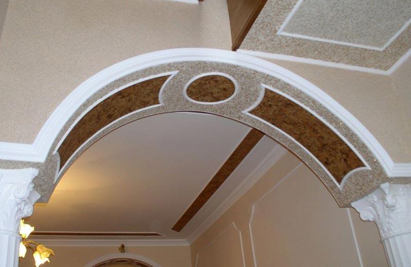 Отделка арки декоративной штукатуркой позволяет получить эффект натурального камня