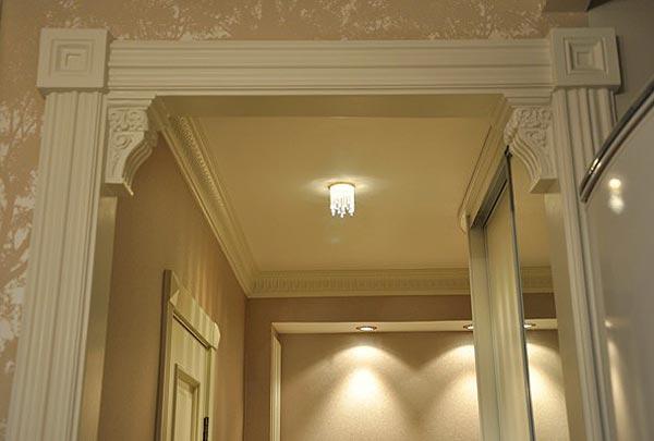 Оформление дверного проема с помощью полиуретановых декоративных элементов