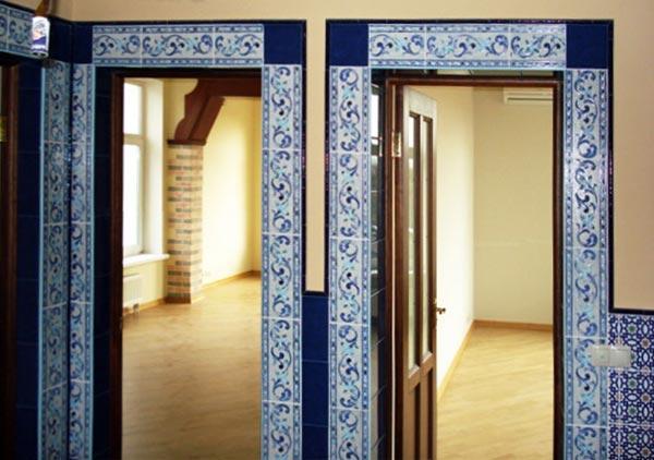 Оригинальное оформление дверного проема с дверью