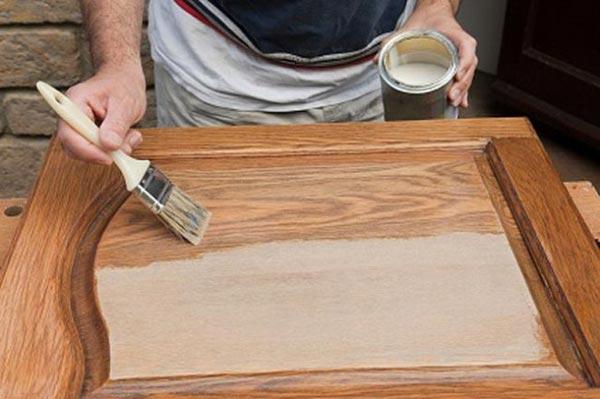 Покрытие деревянных дверей лаком способно проявить структуру натурального дерева