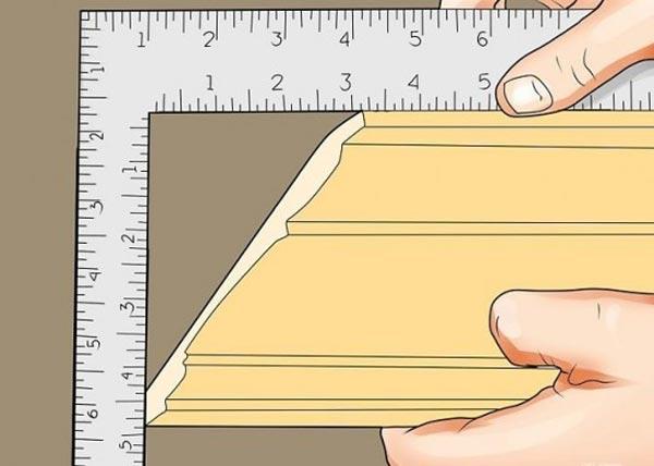 Если смежные стены не образуют прямой угол, то, чтобы обрезать плинтус, придется сделать некоторые вычисления