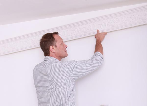 Монтаж потолочного плинтуса из полиуретана производится только на стены без декоративной отделки