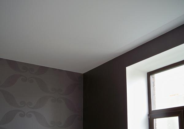 Натяжной потолок без плинтуса, в этом случае применяется заглушка