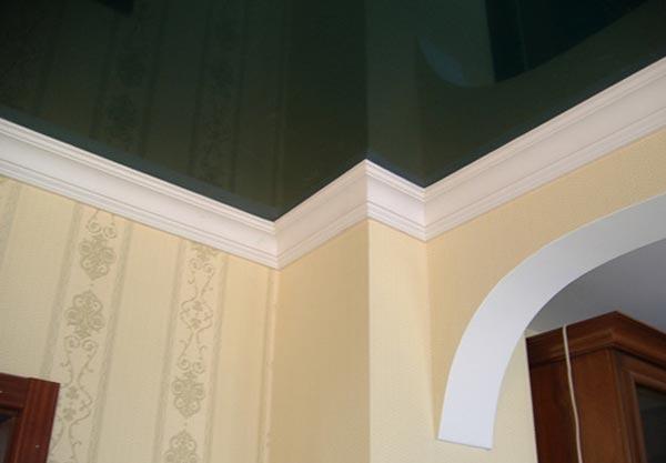Плинтус для натяжного потолка крепится только на стены, поэтому выбор такой галтели должен производиться с учетом этой особенности