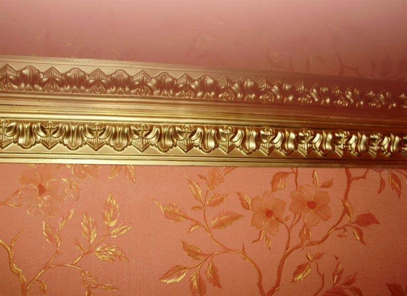 Если есть необходимость, плинтус для натяжного потолка можно окрасить в любой цвет