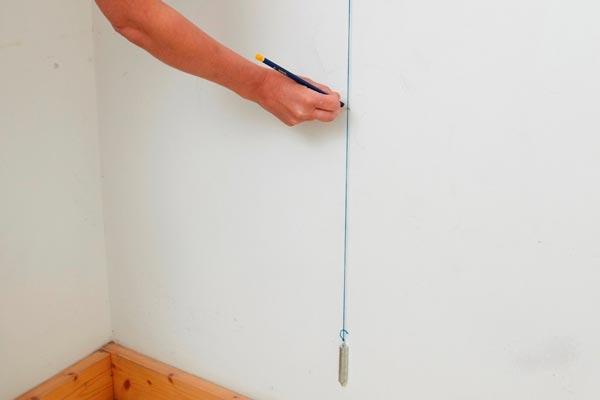 Определение завала стены отвесом