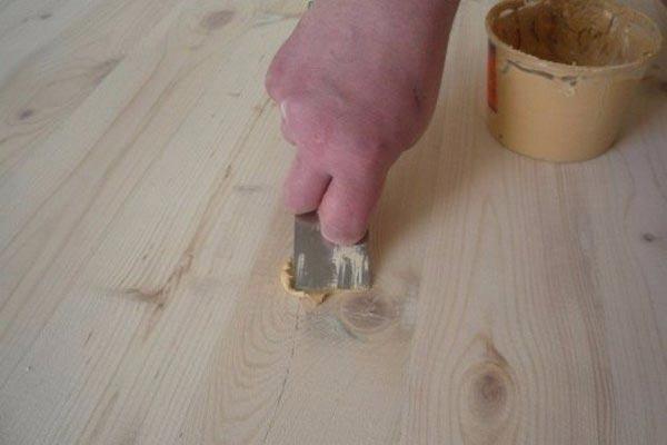 Шпатлевание трещин на двери