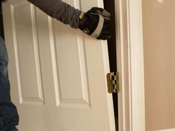 Снятие межкомнатной двери с петель