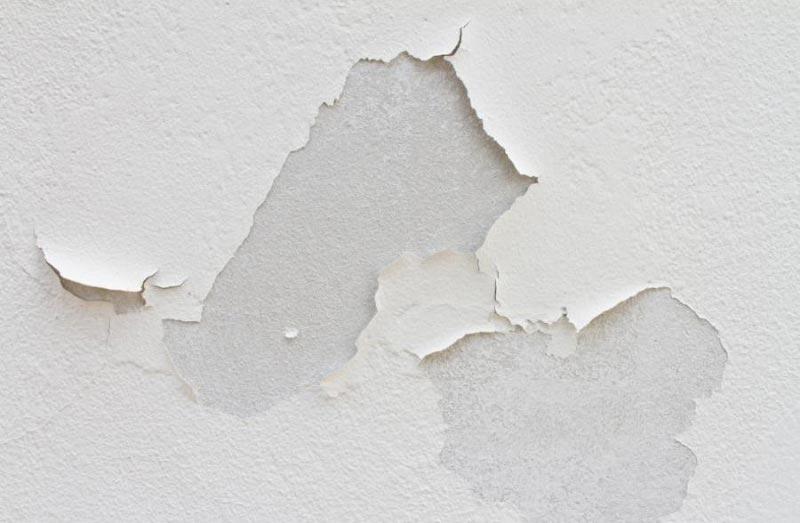 Перед монтажом панелей с потолка снимается осыпающаяся шпаклевка, краска или побелка