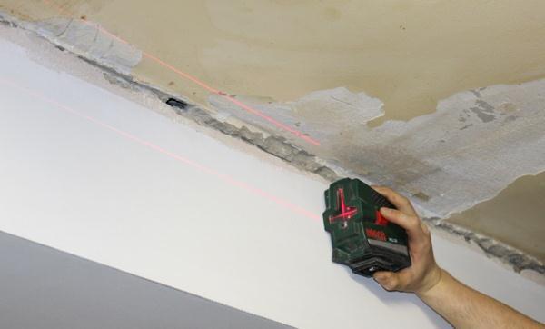 Лазерный уровень экономит время и облегчает процесс разметки потолка