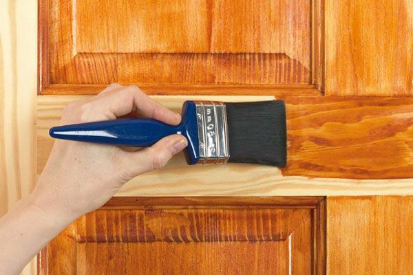 Обработка двери морилкой