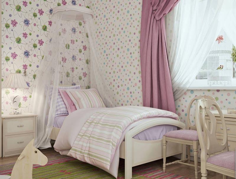 Светлые обои с цветочным рисунком будут отличным выбором для отделки комнаты девочки младшего школьного возраста