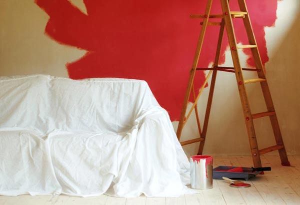 Чтобы окончание ремонта не омрачилось испорченной мебелью, ее нужно предварительно укрыть