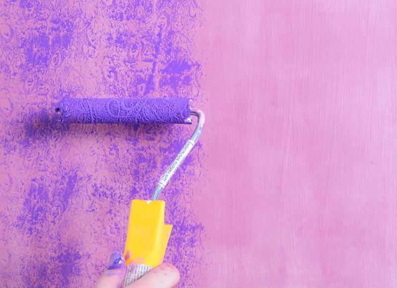 Декоративное окрашивание поверхности предполагает нанесение двух разных цветов через определенный промежуток времени