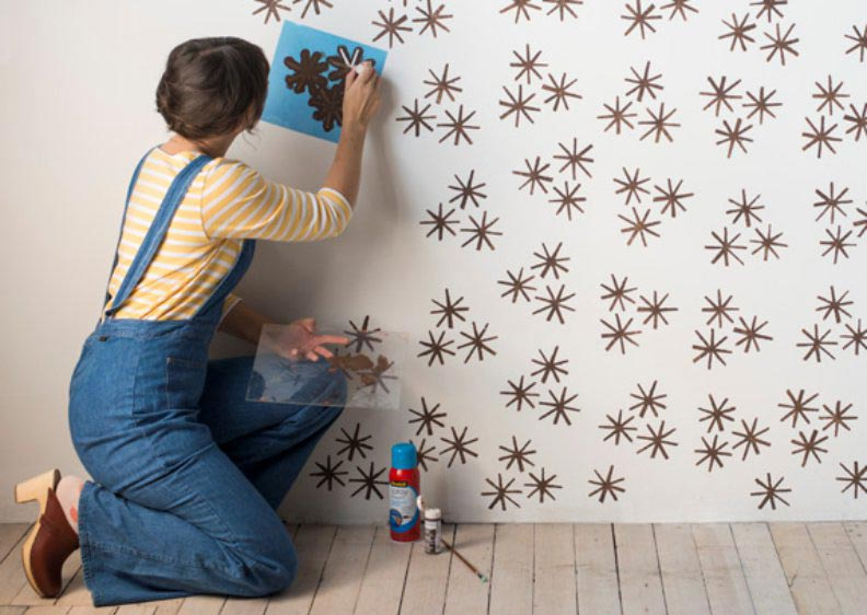 Декоративное окрашивание стен с помощью трафарета