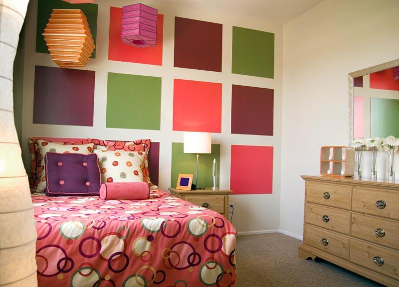 Цветные вставки в виде ярких квадратов