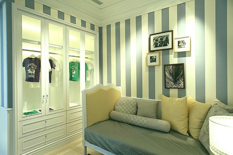 Вертикальные полосы помогут визуально увеличить высоту комнаты