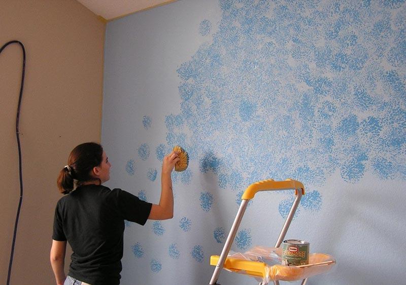 Необычное окрашивание стен с помощью губки