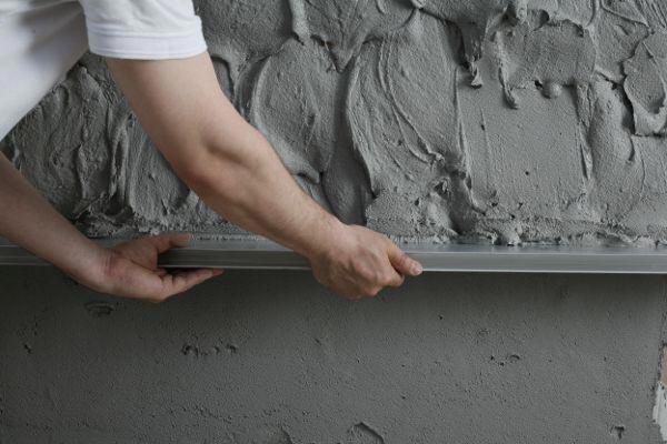 Если стены имеют множество недостатков, то применяется оштукатуривание