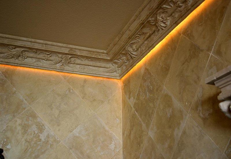 Полиуретановый плинтус не боится высокой влажности, поэтому часто используется в санузлах и ванных комнатах