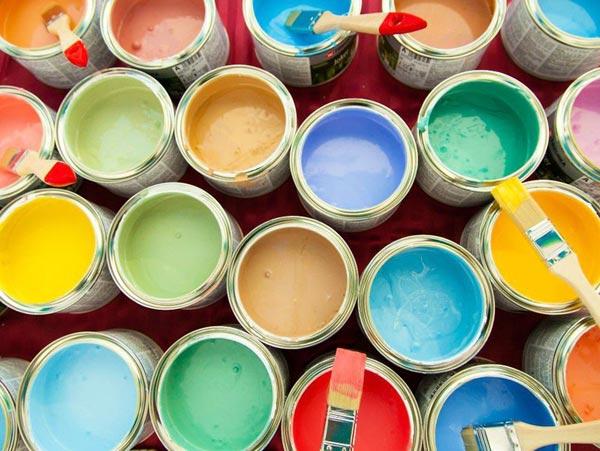 Выбор цвета краски для стен не вызовет особых трудностей, множество ее видов поддаются колеровке в любой тон