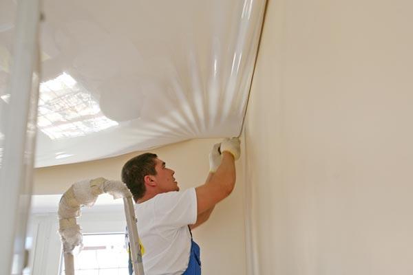 Ответ на вопрос: что раньше - обои или натяжной потолок, во многом зависит от опыта мастера, предоставляющего услуги по ремонту