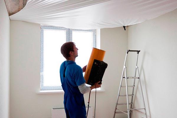 Независимо от того, будут наклеены обои или нет, натягивание потолка производится только после предварительного выравнивания стен