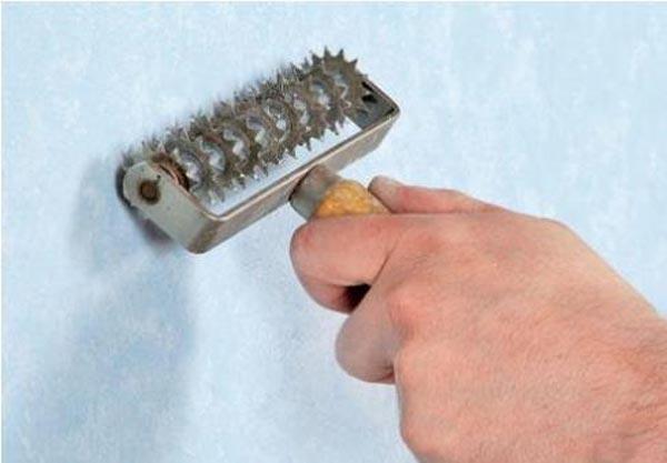 Чтобы промочить водостойкие бумажные обои, их следует процарапать игольчатым валиком
