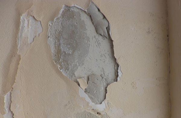 Осыпающиеся участки стен свидетельствуют о наличии пустот, поэтому их нужно тщательно очистить от штукатурки, при этом может потребоваться полное удаление покрытия