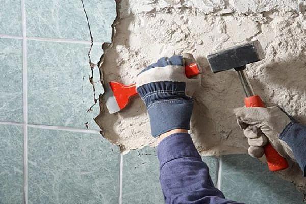 Удаление керамической плитки производится вместе с фиксирующим раствором