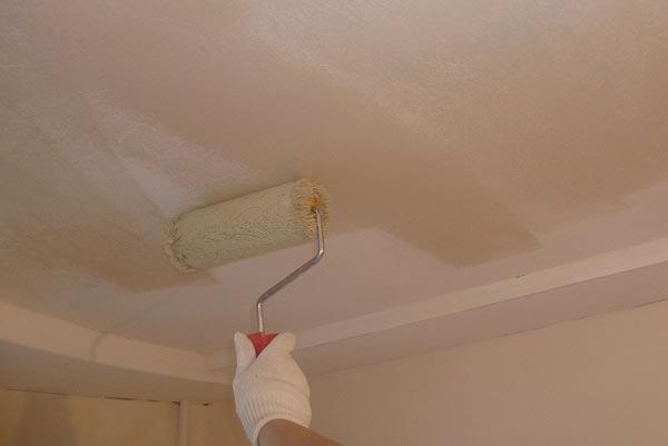 Завершающий этап подготовительных работ - грунтовка потолка